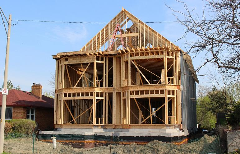 Housing construction along Riverside Dr. in Windsor. (Photo by Mike Vlasveld)