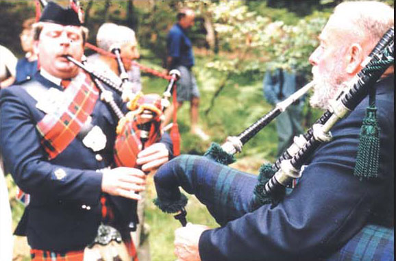 Pipers accompanying Canadian delegation 10 years ago. (Photo courtesy http://maquis-nistos-esparros.chez-alice.fr)