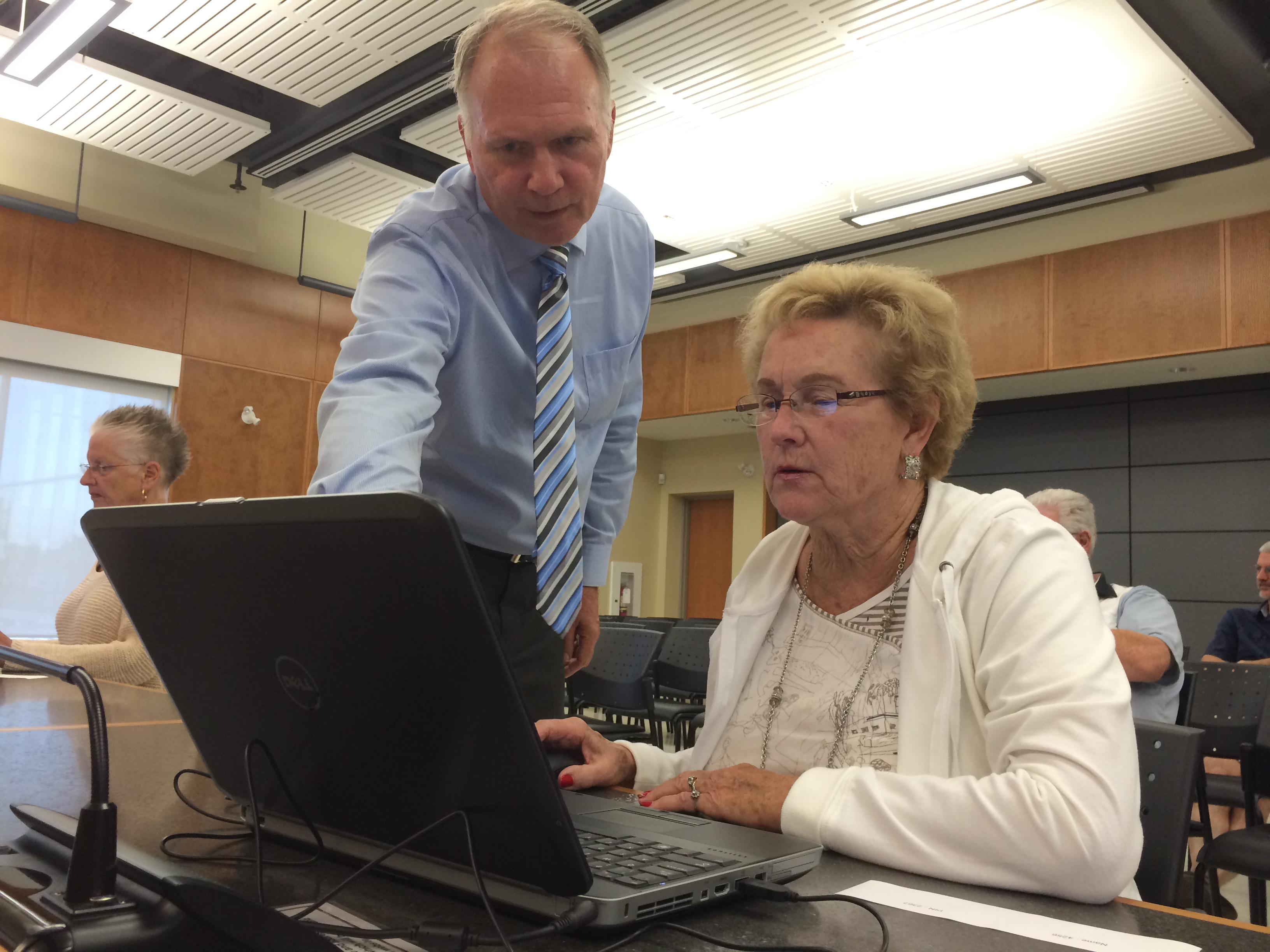 A residents gets some help during a demonstration of the new online voting system Leamington will be using for the 2014 municipal elections. Photo taken August 27, 2014. (Photo by Ricardo Veneza)