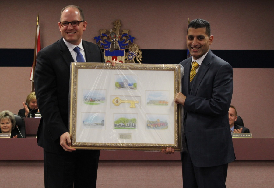 Windsor Mayor Eddie Francis receives a key to the city from Windsor's new Mayor-elect Drew Dilkens, November 17, 2014. (photo by Mike Vlasveld)