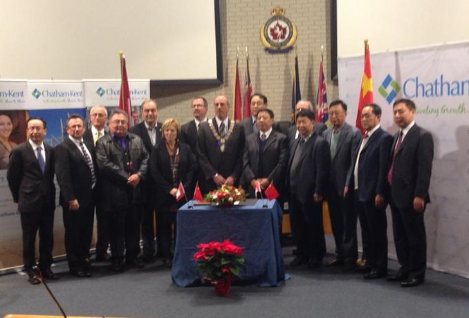 CK Mayor Randy Hope and Zhang Xiaohua, the vice chair of the Changchun Municipal Committee, sign a cooperation agreement at the Chatham-Kent Civic Centre, December 12, 2014. (Photo courtesy of Pitchi Robin via Twitter)