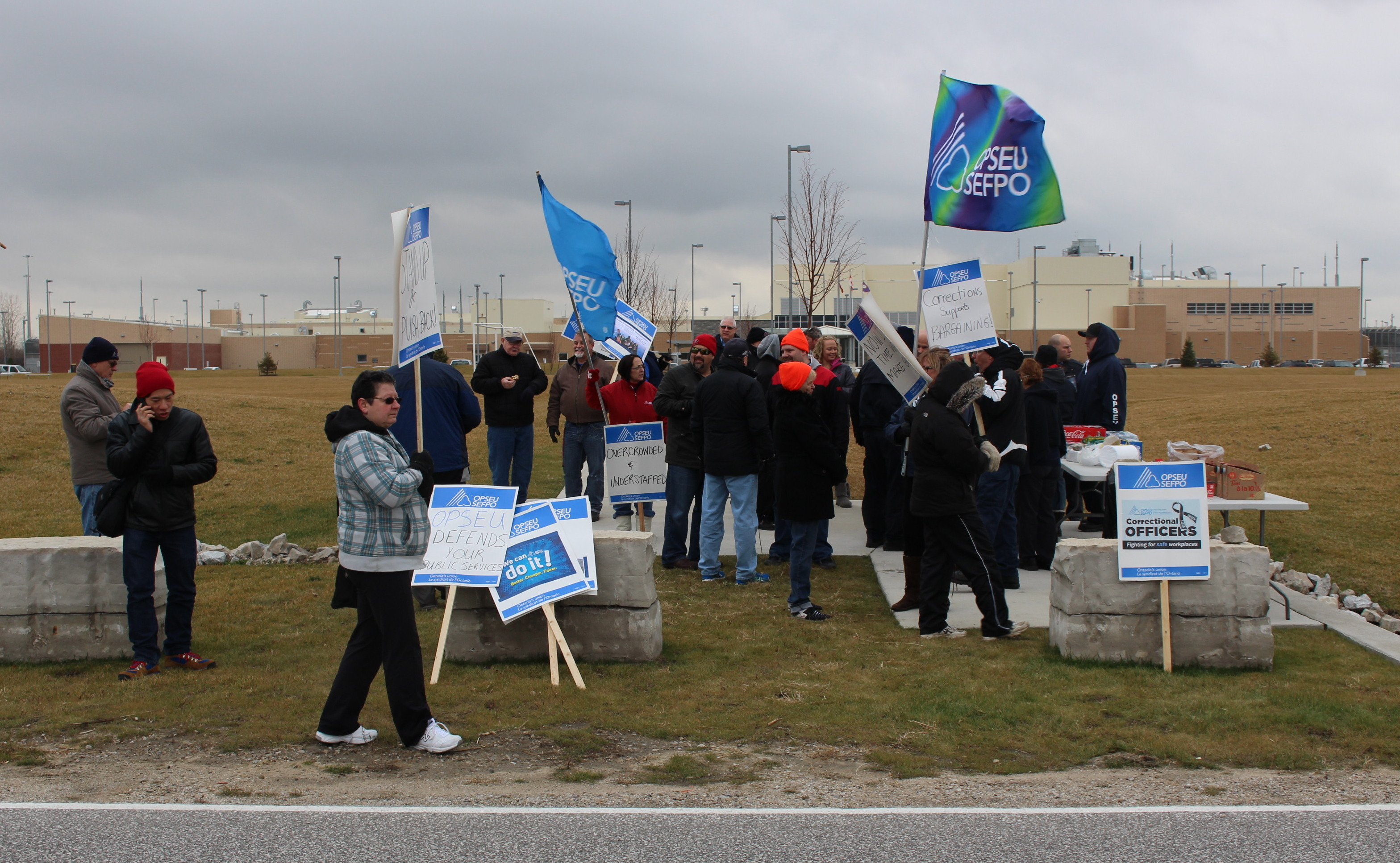 OPSEU Local 135 workers rally outside of Windsors South West Detention Centre, December 18, 2014. (photo by Mike Vlasveld)