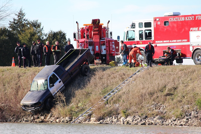 Chatham-Kent emergency personnel remove a stolen truck from the Thames River November 30, 2015. (Photo by Simon Crouch)