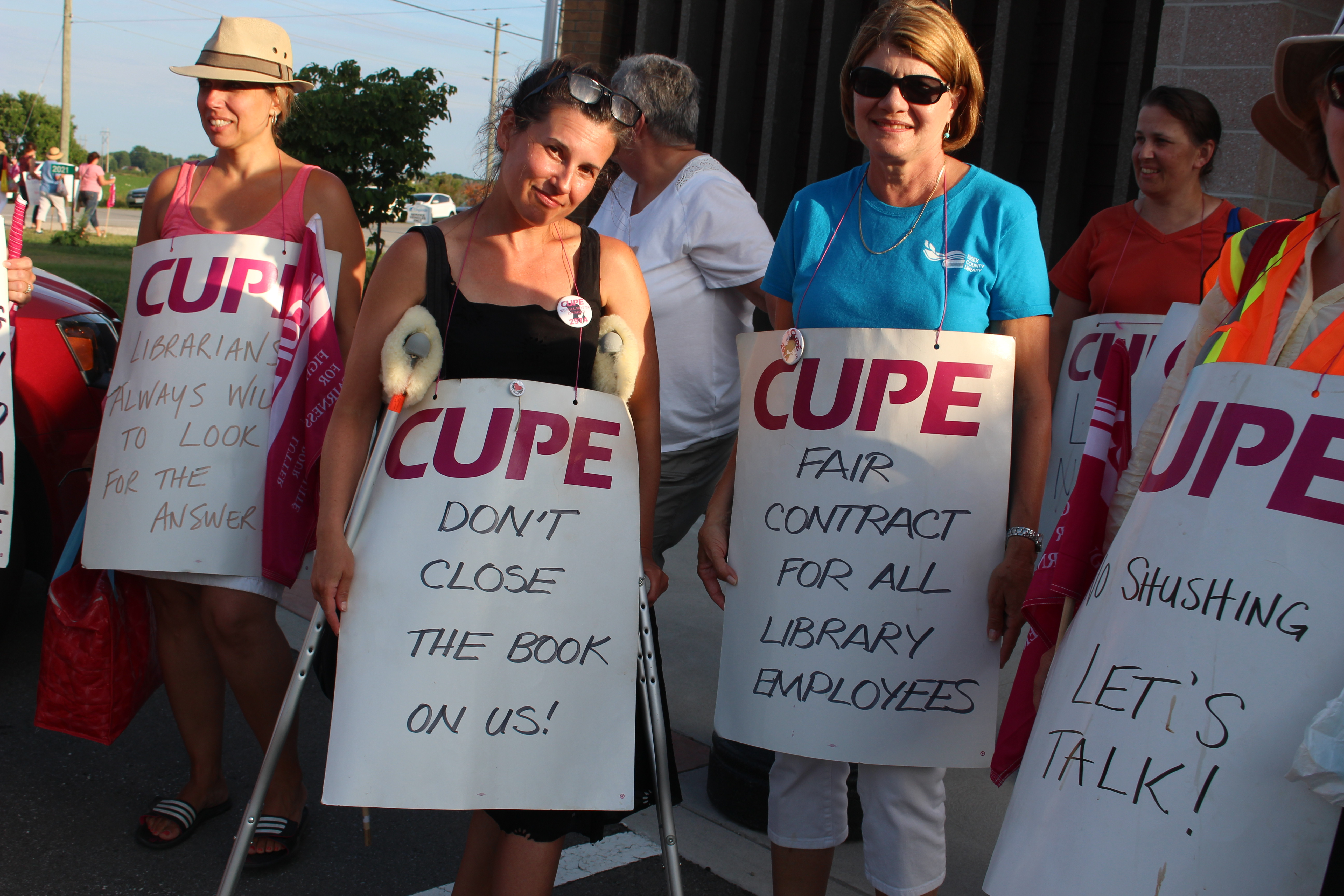 CUPE members stand outside of Kingsville's town hall on July 11, 2016. (Photo by Ricardo Veneza)