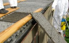Workers remove asbestos panels (© Can Stock Photo / LianeM)