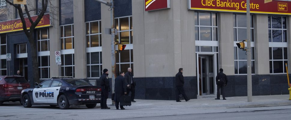 Police respond to a bank robbery at the CIBC branch on Front Rd. in Sarnia, February 1, 2017. (Photo by Melanie Irwin)