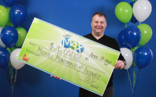 Mike Montminy receives big cheque at the OLG Prize Centre in Toronto. (Photo courtesy of OLG)