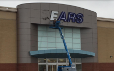 Workers remove the signs at Sarnia's closed Sears store on London Rd. January 24, 2018 (Photo by Melanie Irwin)