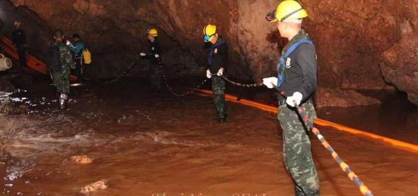 A photo of the rescue inside a cave complex in Thailand (Photo courtesy of Thai Navy Seals)
