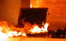 A laptop on fire. 15 January 2009. (Photo by secumem from Wikipedia)