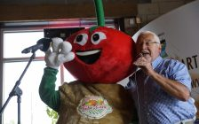 IPM 2108 official mascot Tobe Cobe Jr. joins local entertainer Ross Gladstone for a duet during an IPM information session at Chatham's Sons of Kent Brewing Company, August 16, 2018. (Photo courtesy of the PM 2018 Media Committee)