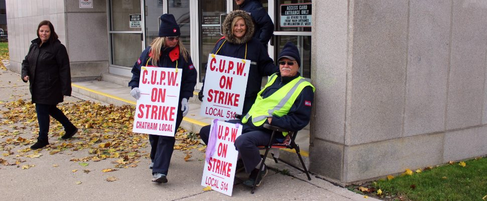 Members of the Chatham post office picket outside the facility, taking their turn in the rotating Canada Post strike. November 7, 2018. (Photo by Greg Higgins)