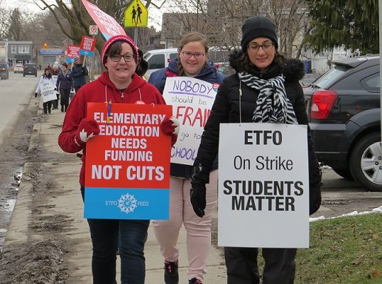Elementary school teachers strike outside of East Carling Public School in London, February 4, 2020. (Photo by Miranda Chant, Blackburn News)