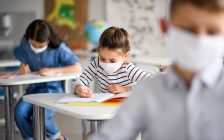 Children wearing face masks in school. (© Can Stock Photo / halfpoint)