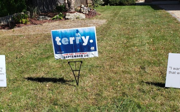 Lawn signs promoting the 2020 Terry Fox Run. (Photo via @runterrychatham on Twitter)
